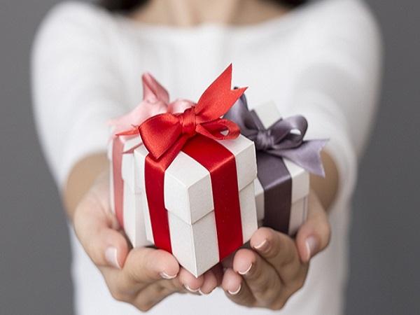 Mơ được tặng quà có điềm báo gì và đánh con số nào?